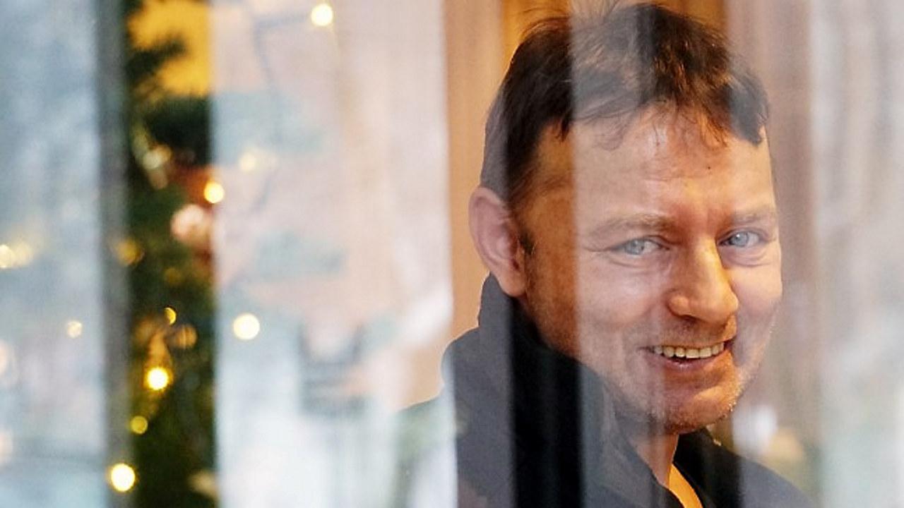 KOM I JOBB: Etter et langt liv som uteligger og rusmisbruker fikk Terje Mathisen jobb som teknisk assistent på hotell Scandic Helsfyr. Han er én av de mange som har kommet i arbeid via arbeidsinkluderingsbransjen (Foto: Ola Mjaaland / NRK)