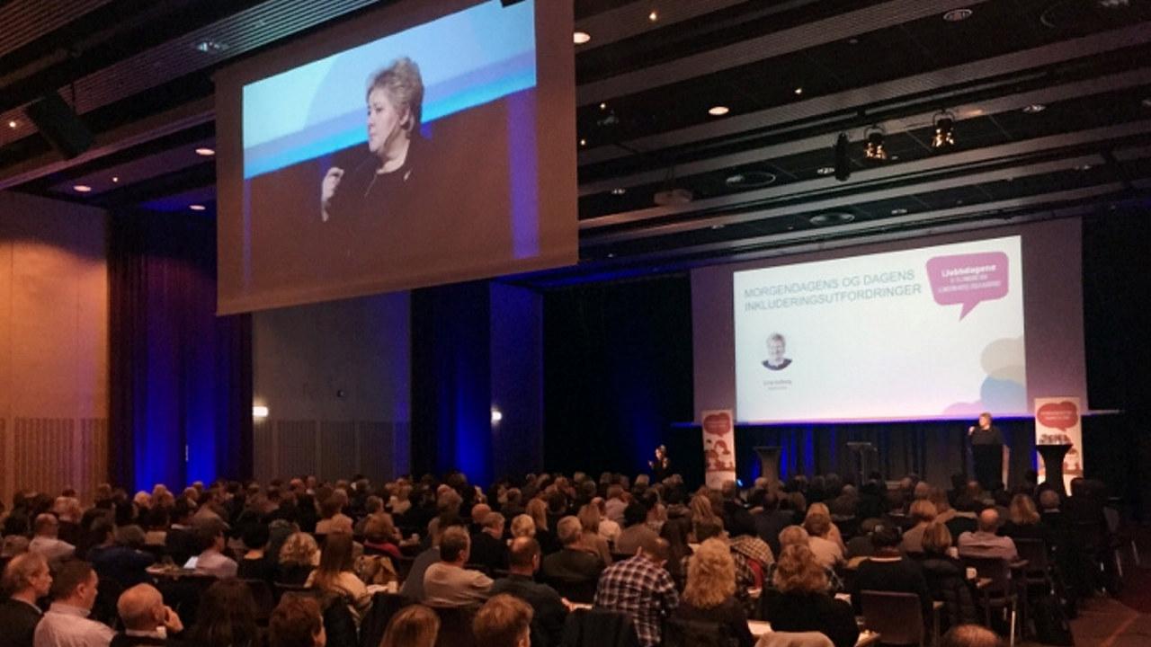 Statsminister Erna Solbergs oppfordring om å ansette personer med huller i CV-en er i ferd med å omdannes til vanlig praksis i mange bedrifter. Her er statsministeren på iJobbdagene 2016.
