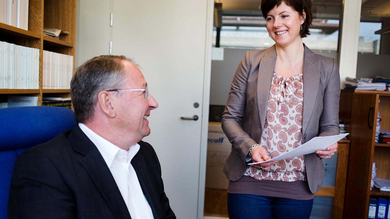 Bilde av Jostein og Helen, to advokater