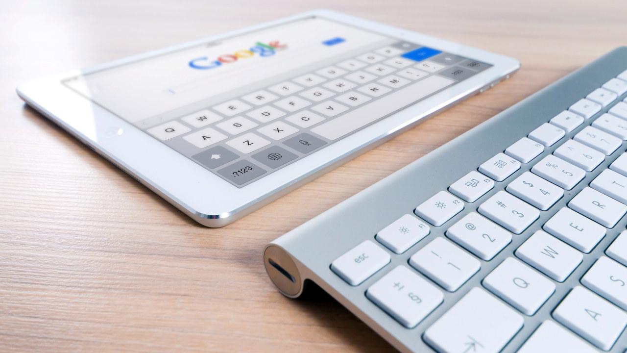 bilde av PC og tastatur der Googles logo vises på skjermen