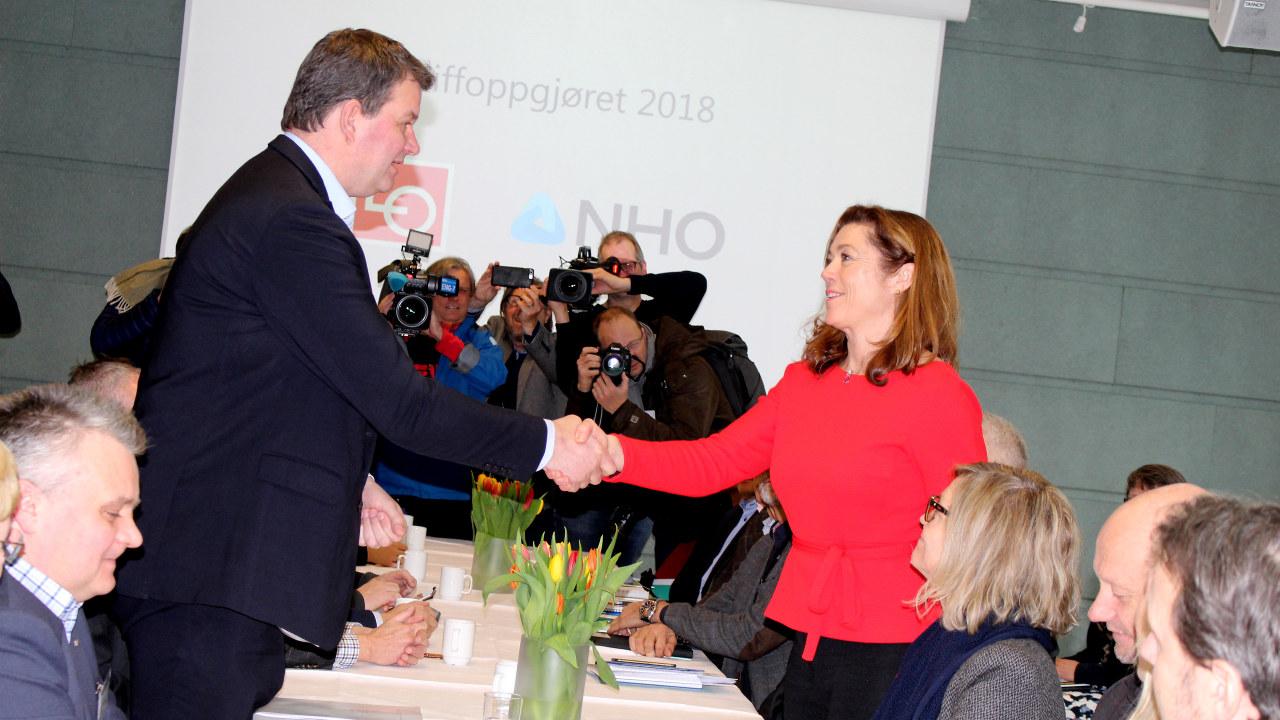Skogen Lund og Gabrielsen tar hverandre i hånden.