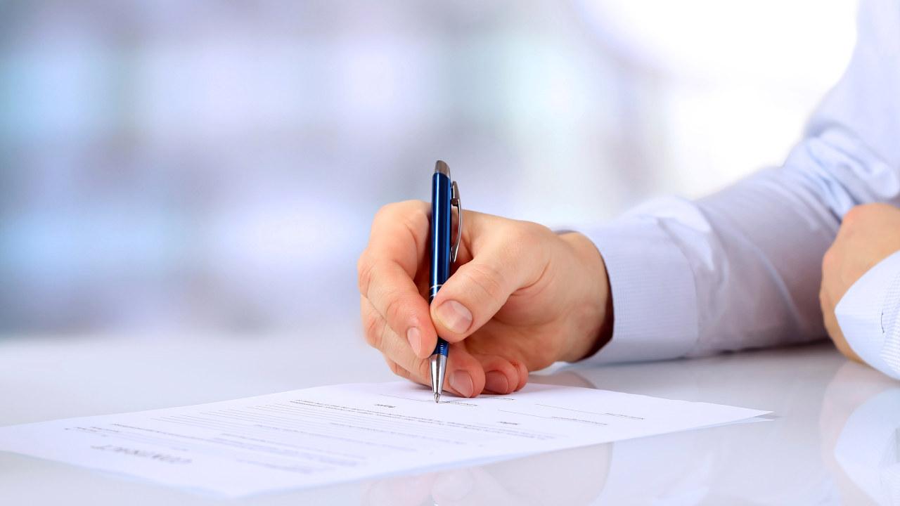 Skriver under på kontrakt.