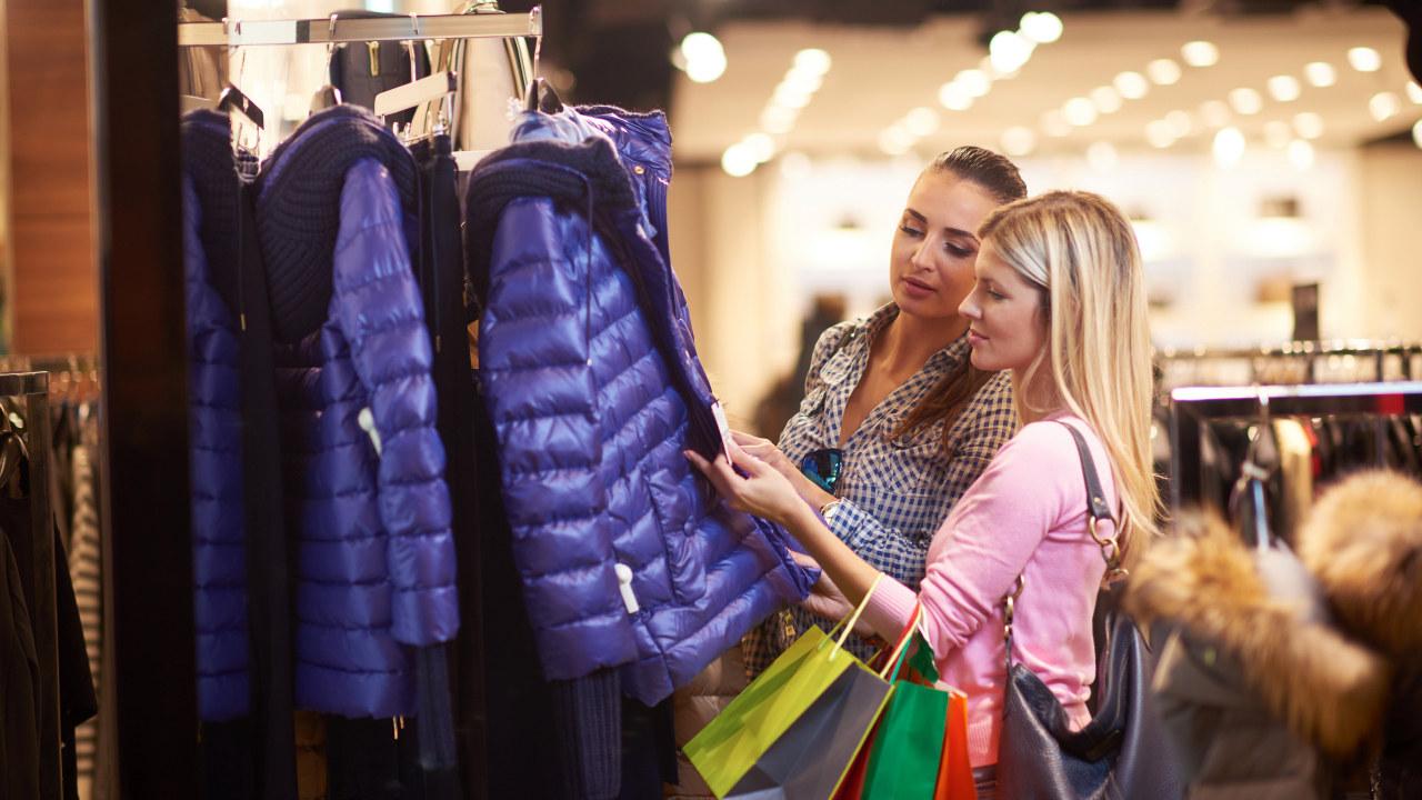 To kvinner i klesbutikk, illustrasjonsfoto