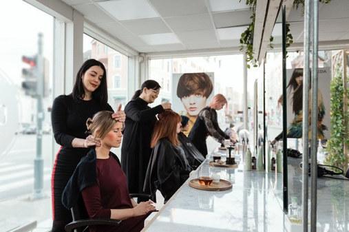 For tredje år på rad er Coma Frisør i Trondheim nominert til Årets frisør og Årets lærling. - Det er fantastisk å bli ankerkjent på denne måten, sier gründerne av salongen, Elisabeth Rendall og Monica Berge. Coma er månedens bedrift i mars.