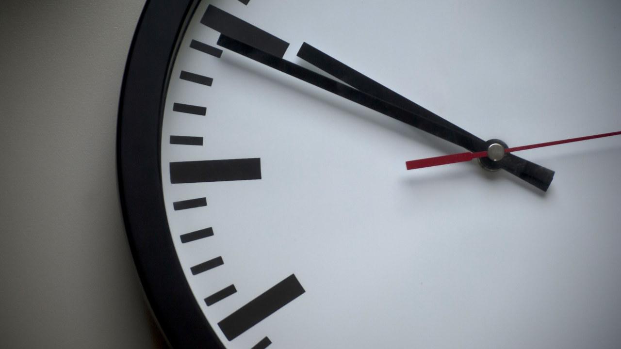 Nærbilde av en vegghengt klokke