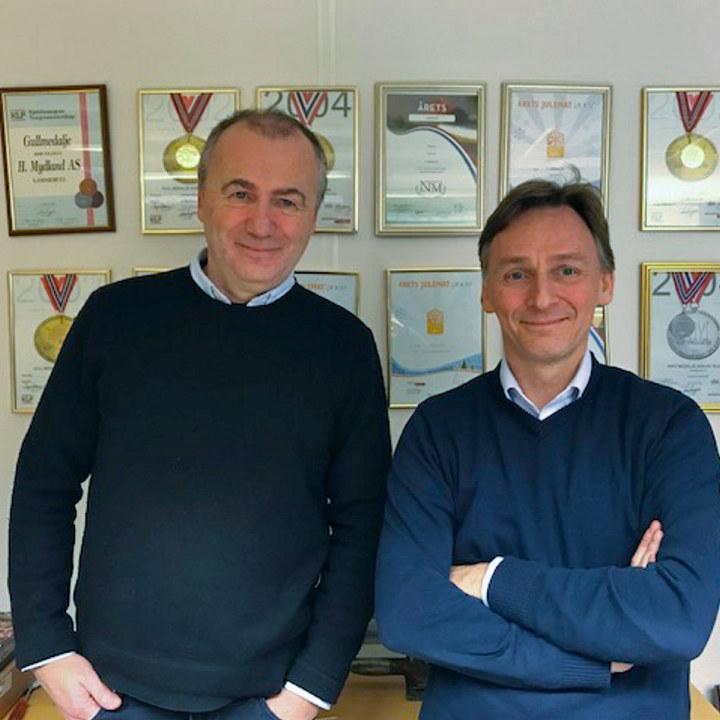 Portrettfoto av Erik og Kurt Mydland foran sin imponerende medaljesamling