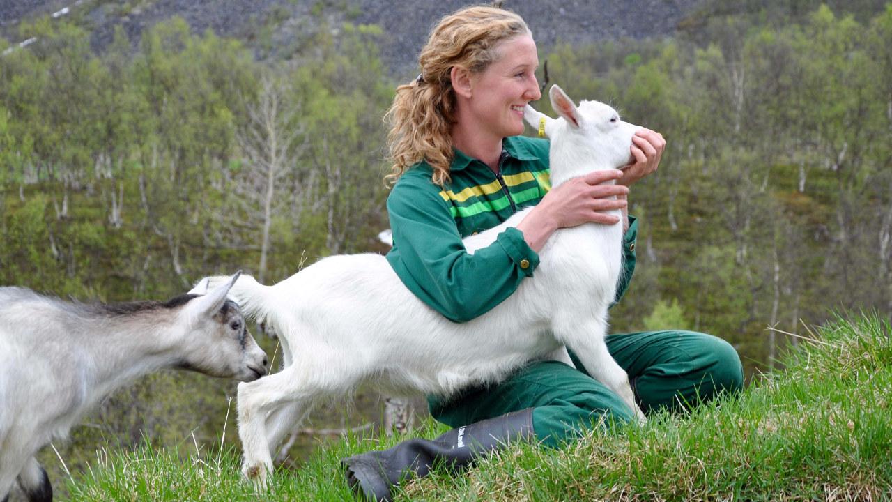 En bonde sammen med et kje.