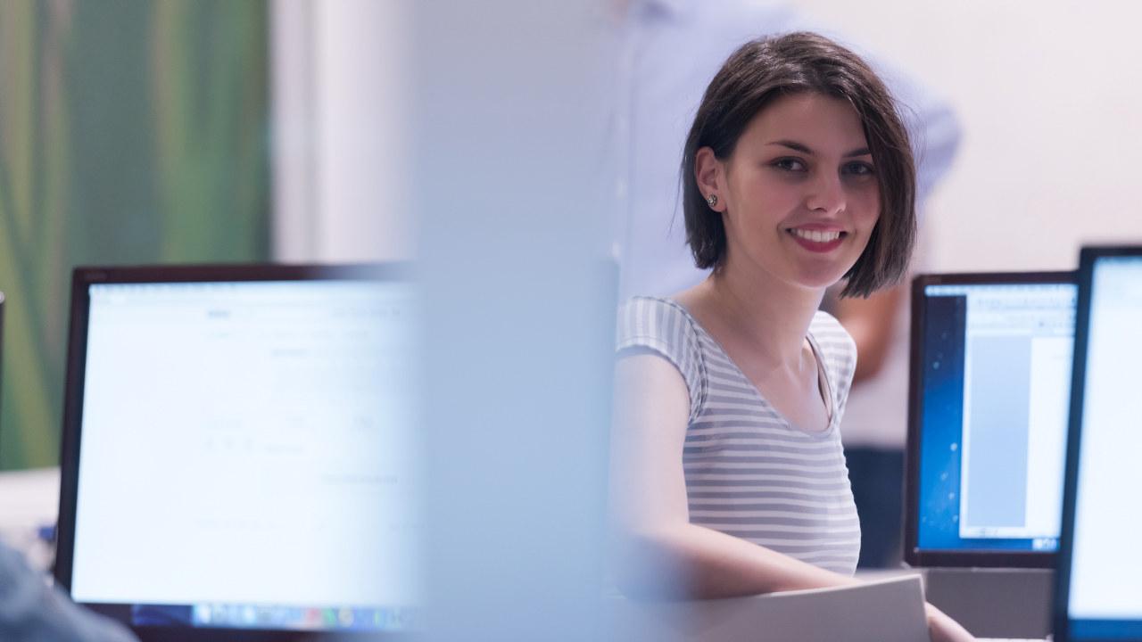 Kvinnelig IT-student