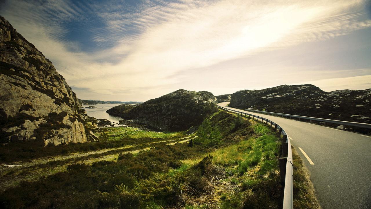 Bilvei i et naturlandskap.