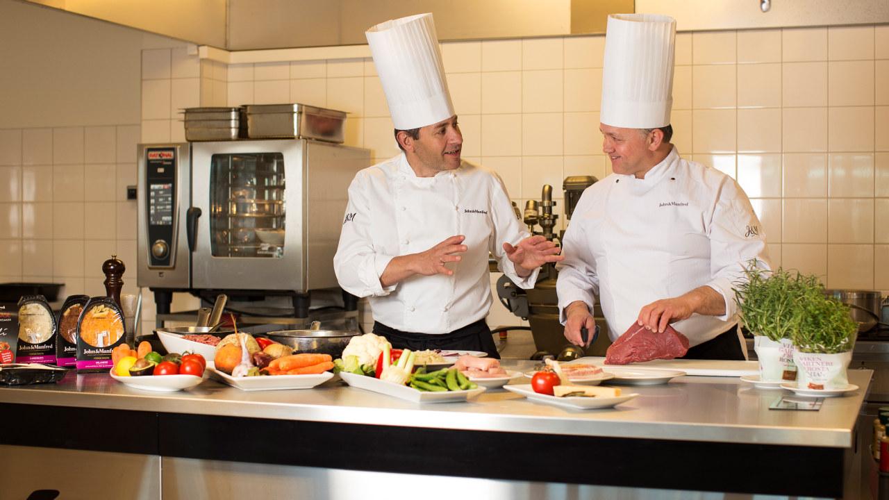 Matpartner AS - to kokker som jobber på et kjøkken