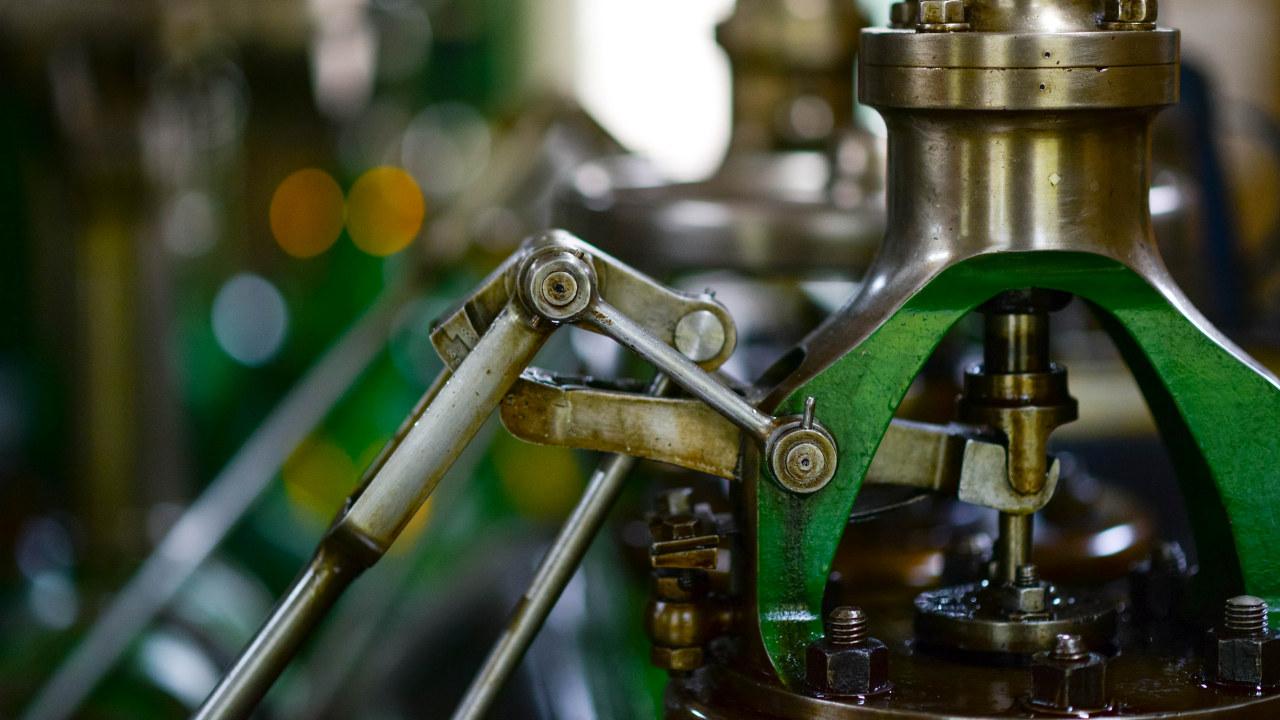 Nærbilde av tannhjul på en fabrikk