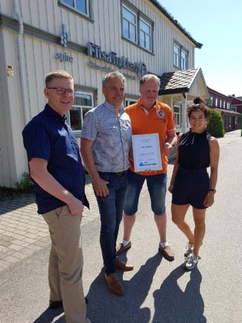 NHO Innlandet gratulerer Flisa Trykkeri som månedens bedrift for juni 2018! F.v. Jon Kristiansen, Per-Otto Sletten, Ole-Peder Berggren og Linn Alicia Slora Kristiansen. Fotograf: Kjersti Granaasen.
