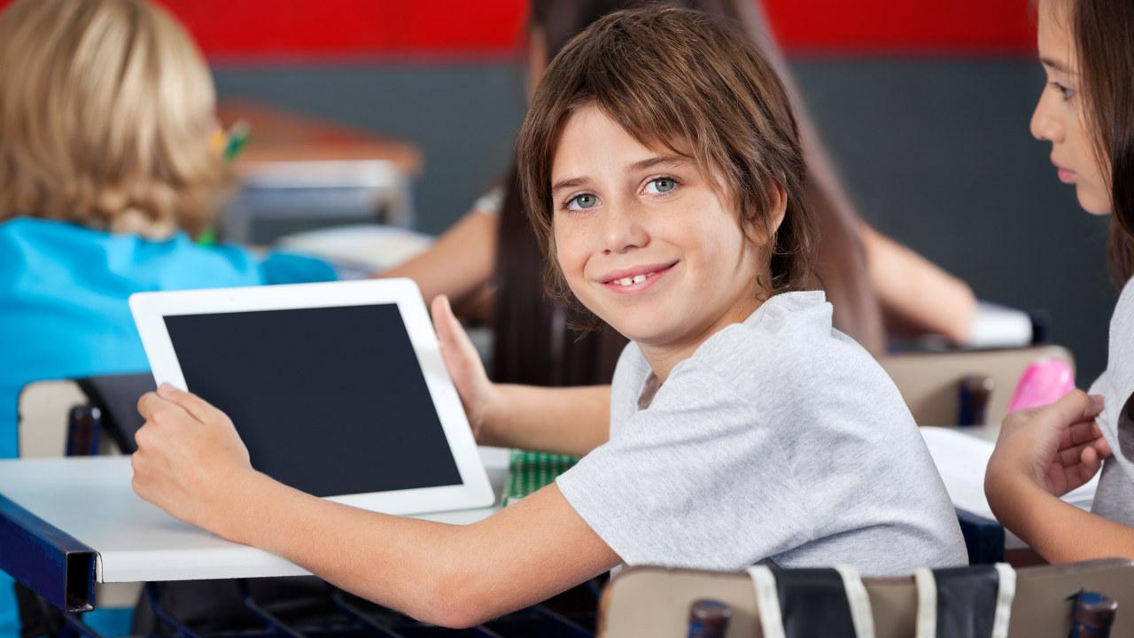 Skoleelev med iPad.