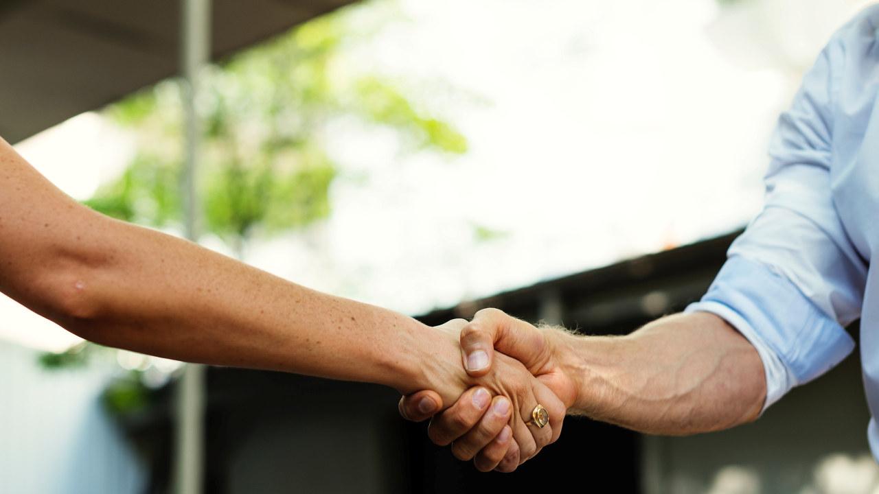 Ta hverandre i hånden