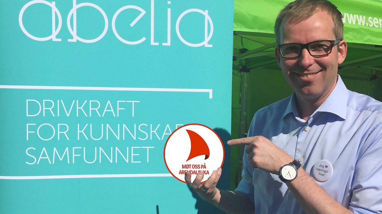 Håkon Haugli som holder logoen til Arendalsuka
