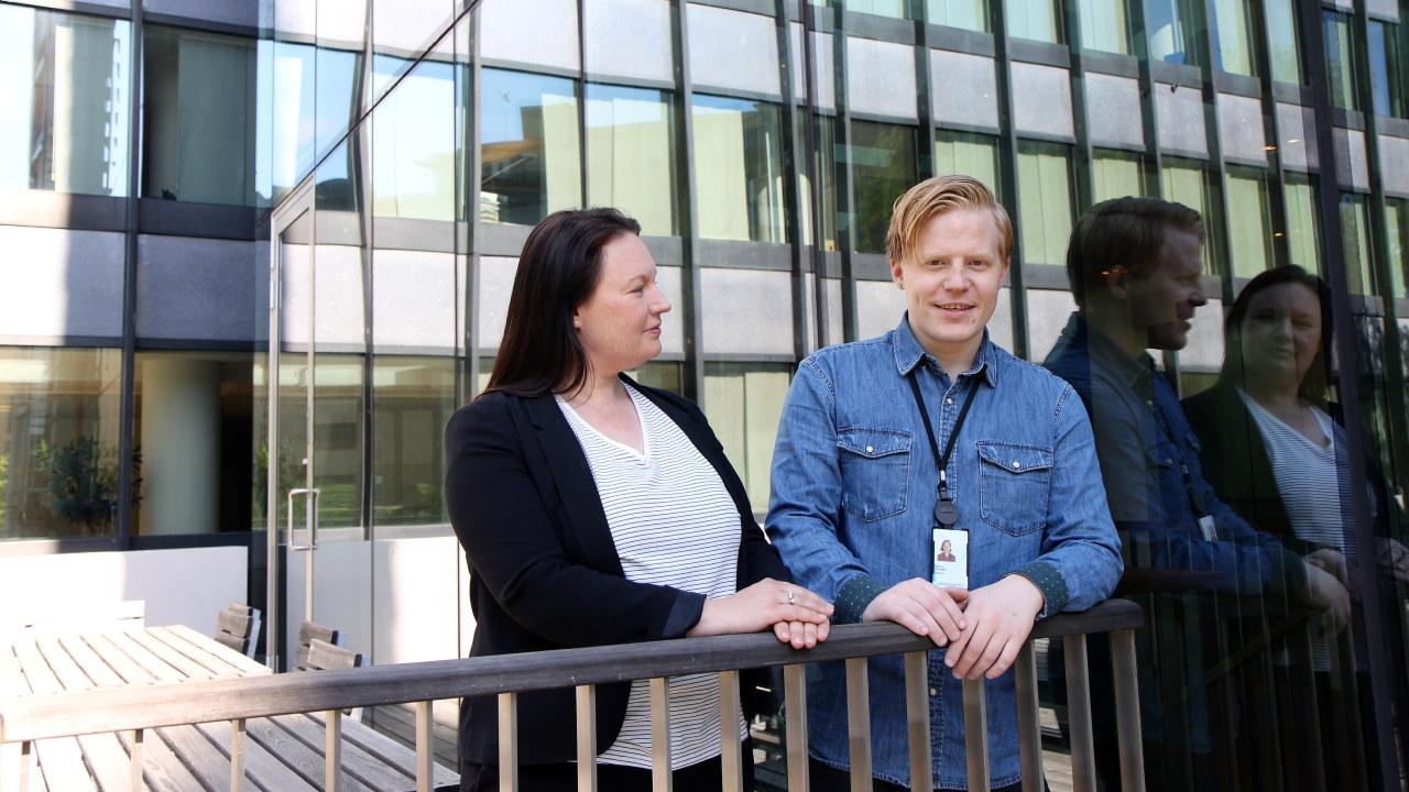- Jeg følte meg utenfor samfunnet, sier Marcus Røstgård (23) som nå opplever en solid opptur i ny jobb. Her med Ingeborg Malterud som er regionsansvarlig i Ringer i vannet. (Foto: Baard Fiksdal)