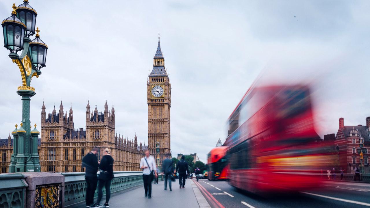 London-illustrasjon med BigBen og toetasjes buss