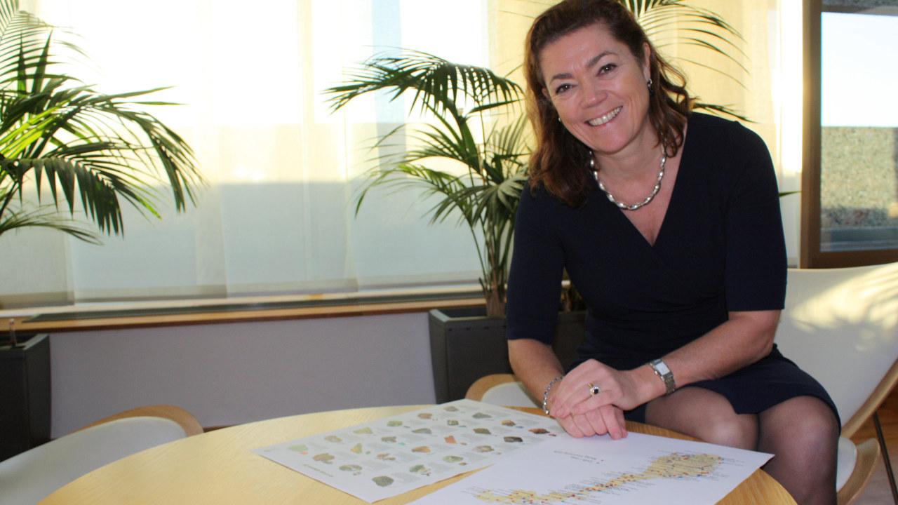 Kristin Skogen Lund ser på kart over mineraler