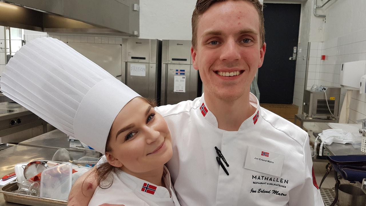 Bilde av to unge kokker