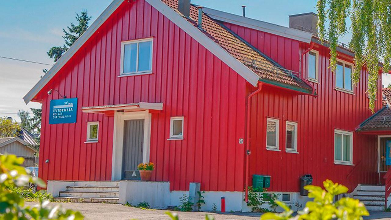 Det røde bygget der Evidensia på Kolsås holder til.