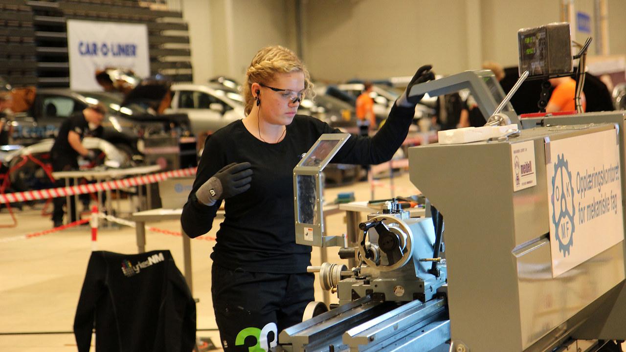 Kvinne jobber under yrkes-NM i 2014