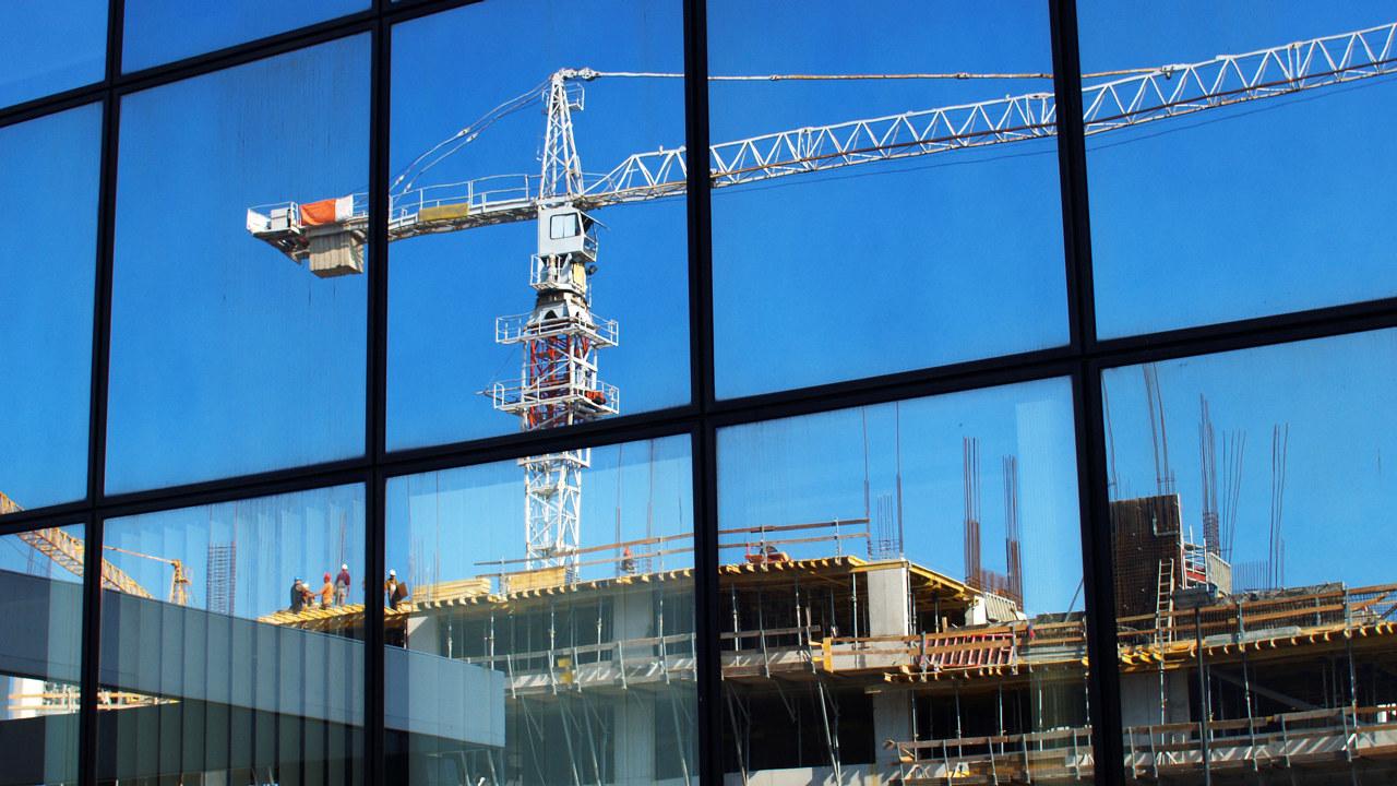 Bilde av en kran på byggeplass.