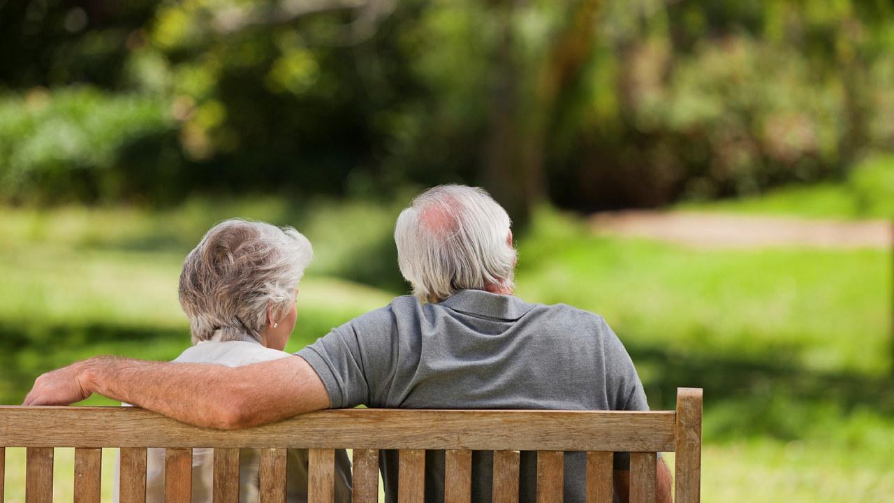 Eldre par på en benk
