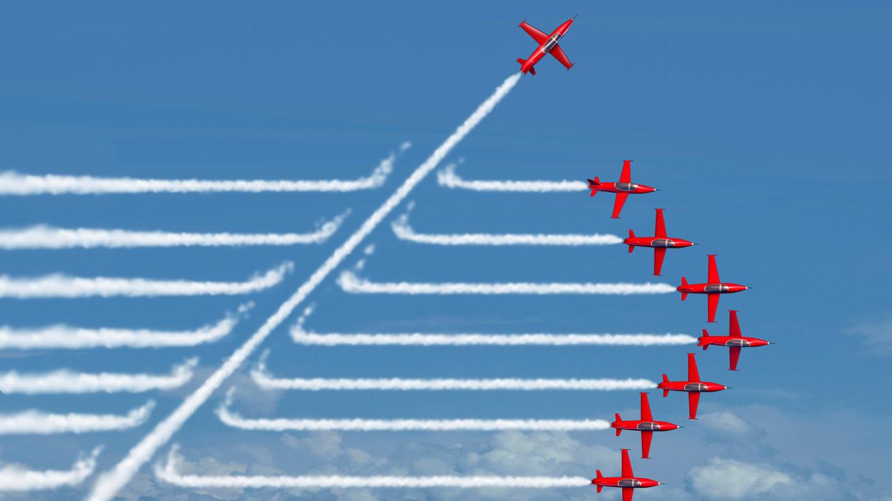 Et fly bryter ut av en formasjon med andre fly.