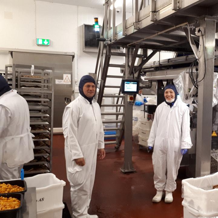 Avdelingsleder Sverre Gustavsen Köhler, til venstre, får ikke fullrost Thao for måten hun har lært seg oppgavene og hvordan hun utfører jobben.