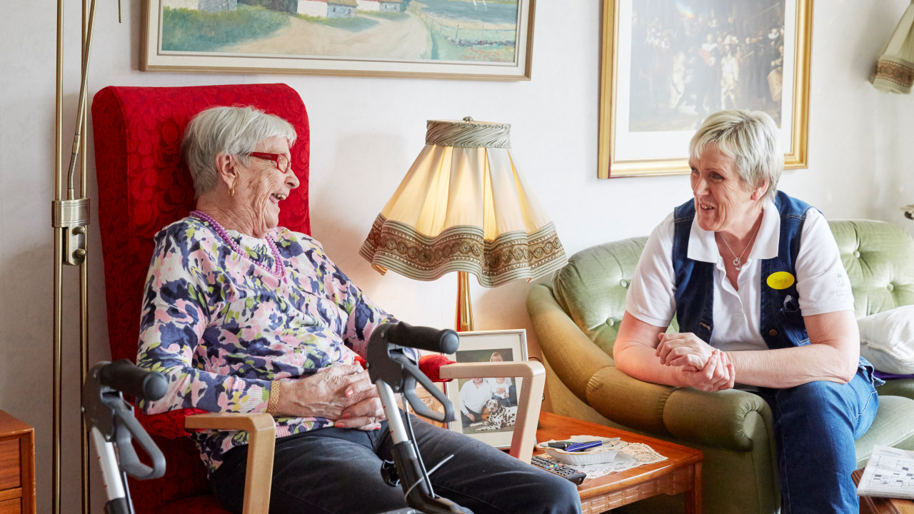 To gamle damer som ler.