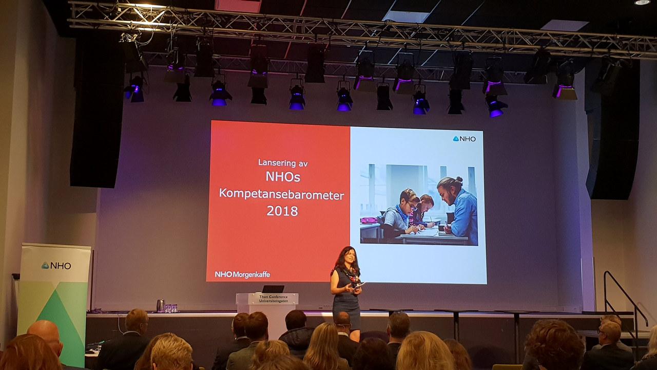Nina Solli på scenen da NHOs Kompetansebarometer 2018 ble lansert