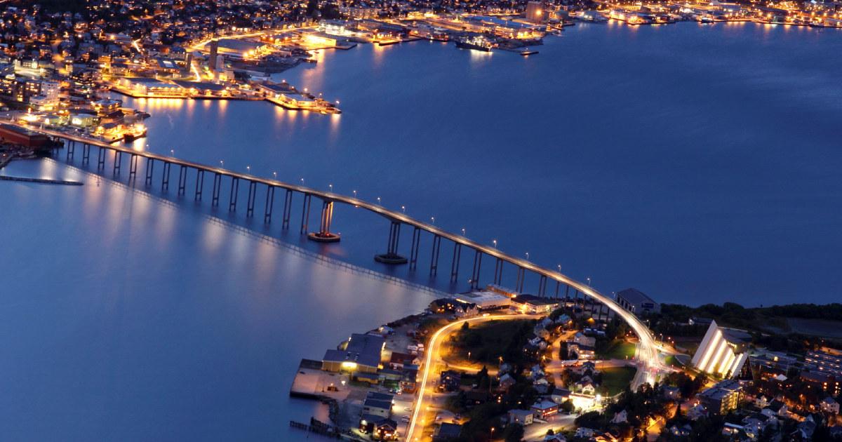 Flyfoto av Tromsø på natten. Foto.