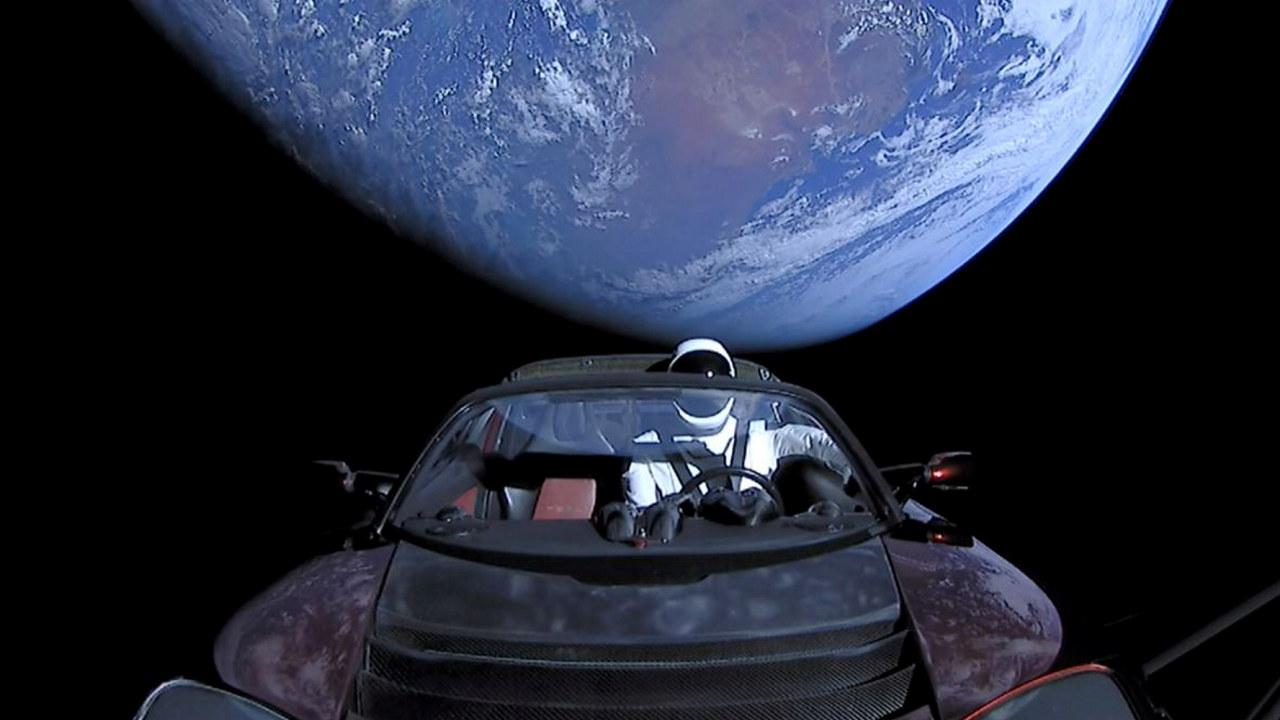 Illustrasjon av en Tesla Roadster i verdensrommet. Foto: SpaceX