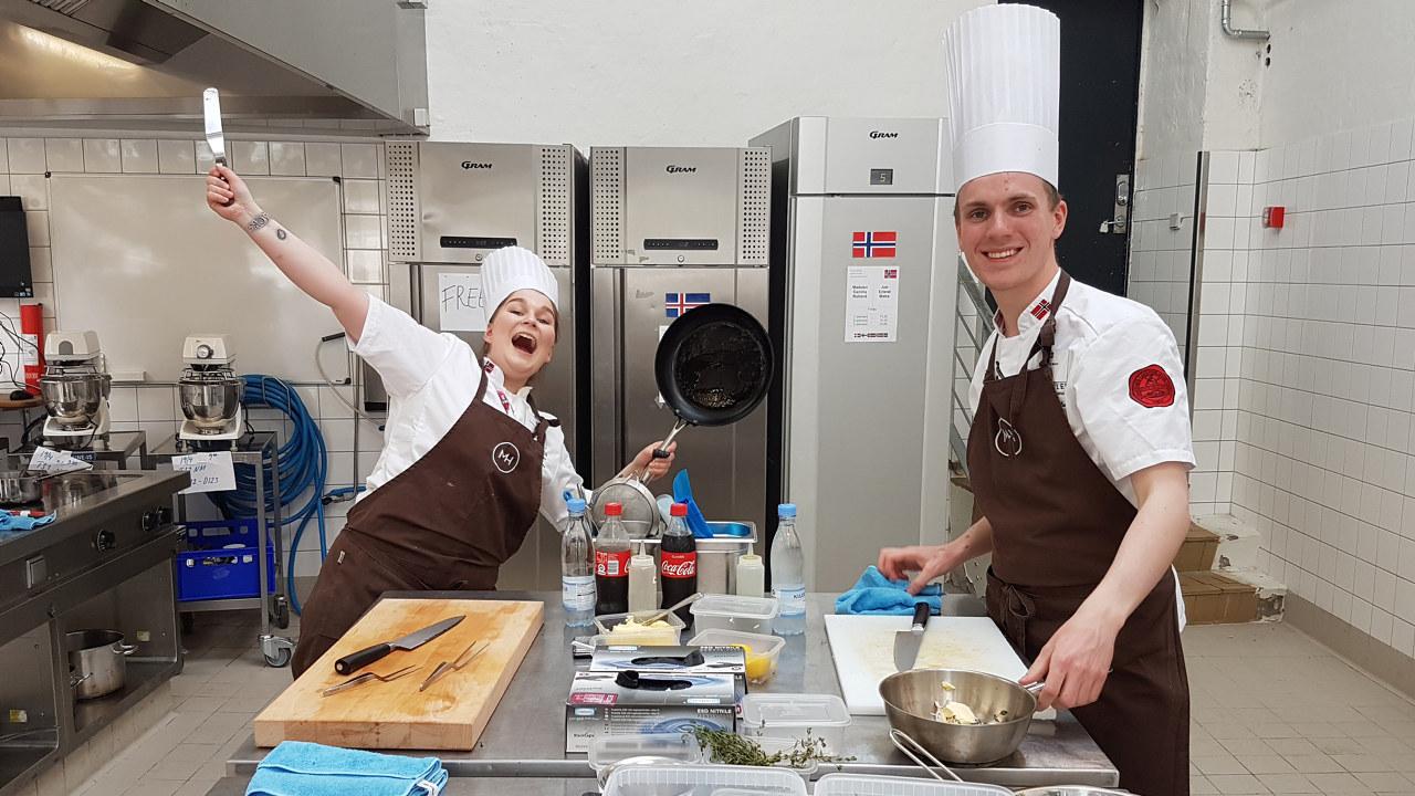 To kokker i arbeid