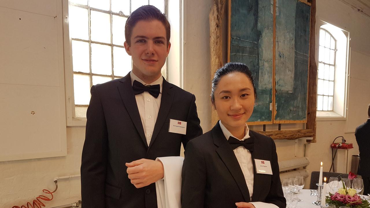 Bilde av to servitører i konkurranse