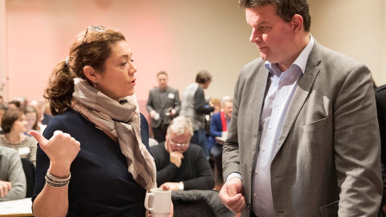 Hans-Christian Gabrielsen og Kristin Skogen Lund står sammen og ser på et dokument.