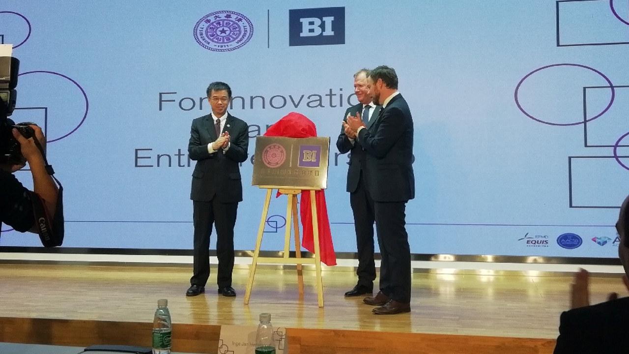 Næringsminister Torbjørn Røe Isaksen deltok da rektor Inge Jan Henjesand inngikk samarbeidsavtale med Tsinghua University.