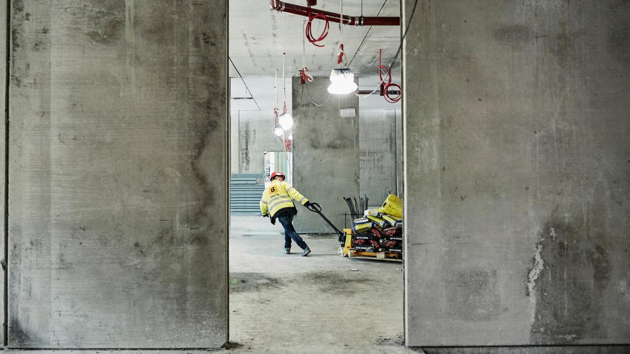 Ansatt i Backe Entreprenør på byggeplass