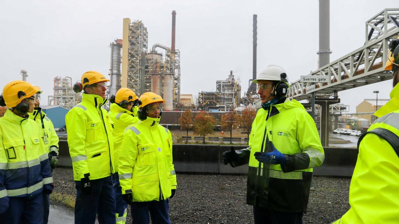 Besøkende på testsenteret for karbonfangst på TCM Mongstad.