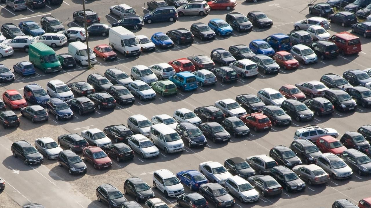 Biler på parkeringsplass.