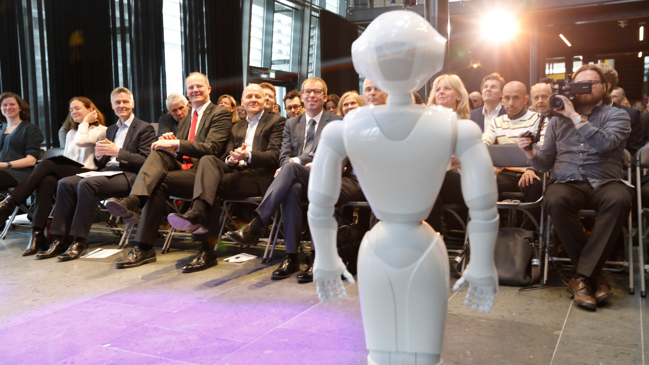 Roboten Pepper på Abelia og Telenors konferanse om kunstig intelligens.