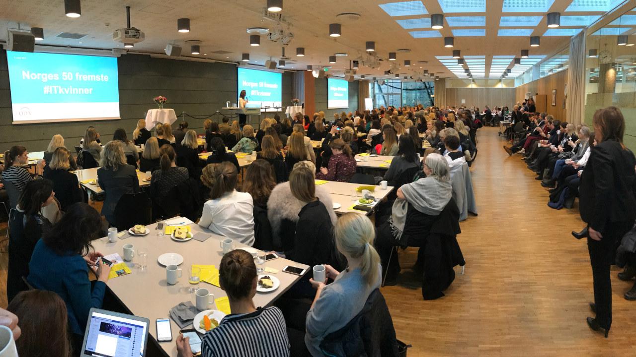 Fullsatt sal under kåringen av Norges 50 fremste IT-kvinner i Næringslivets Hus den 8. mars 2017.