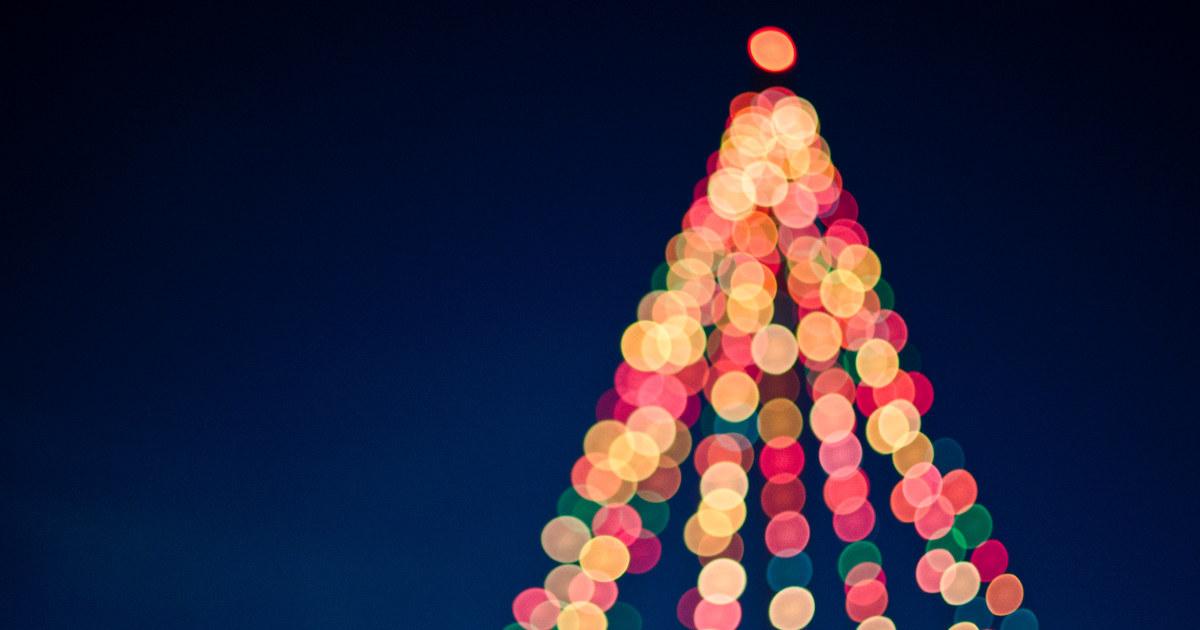 Tre utendørs med lys på i julefarger