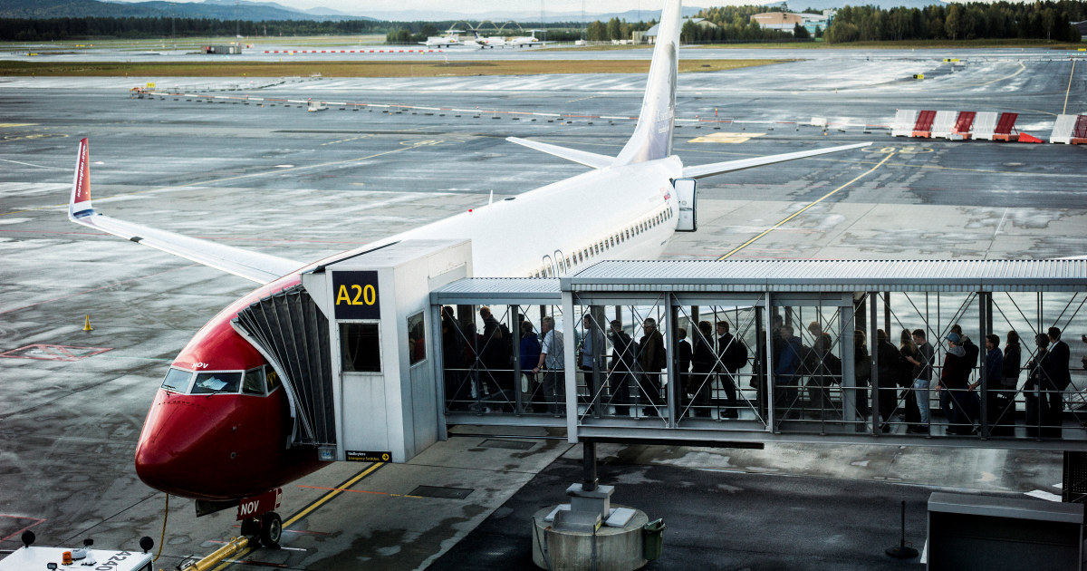 Passasjerer på inn på fly (illustrasjonsbilde).
