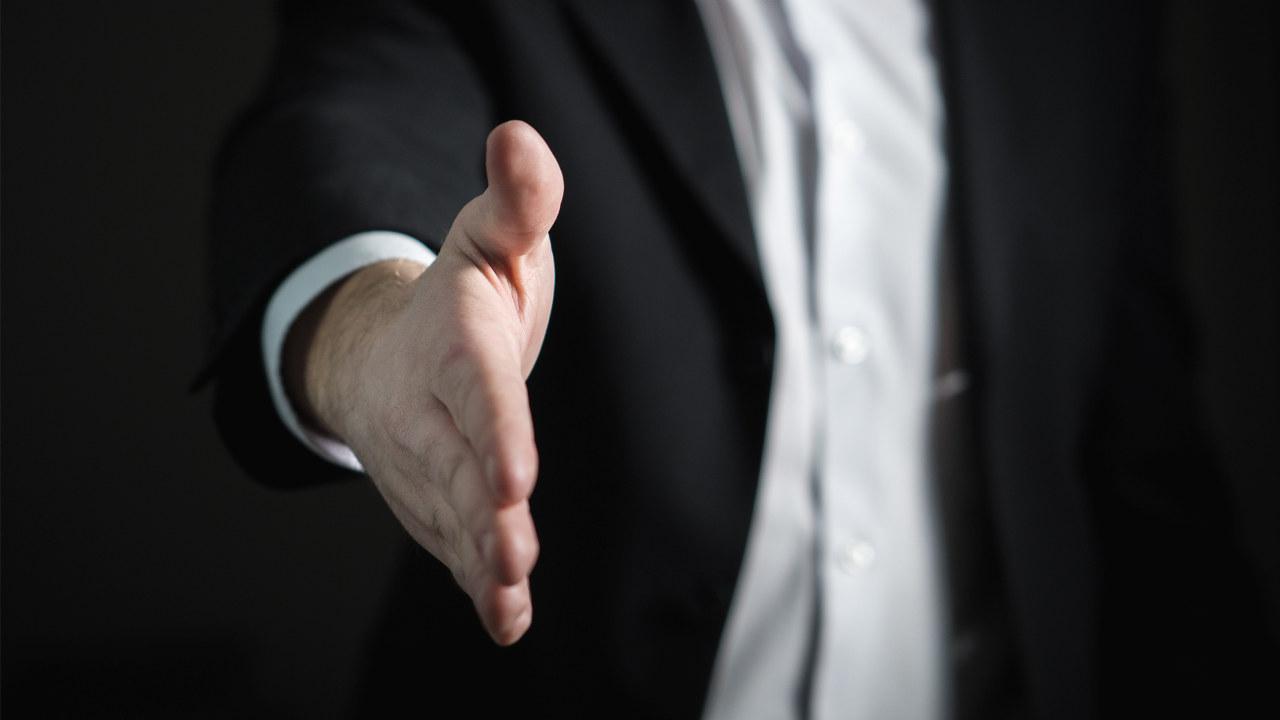 En hånd som strekkes frem klar for en håndhilsen