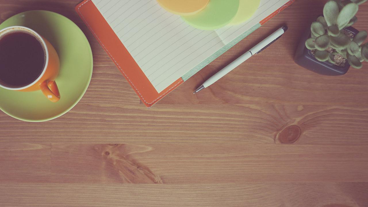 Kaffe, papir og penn til møter.