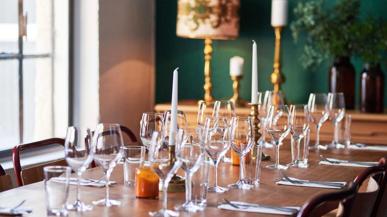 Oppdekket bord med glass og bestikk