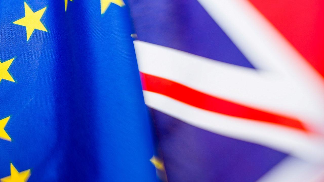 Bilde av EU-flagget og Storbritannias flagg