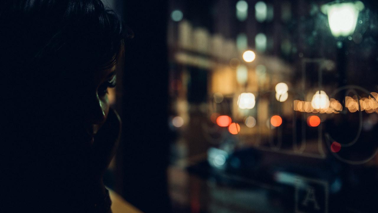 Trist kvinne ved vindu