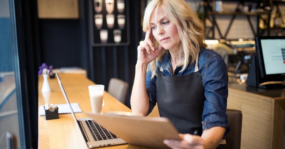 En dame som jobber foran sin PC.